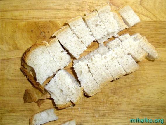 Нарезаем хлеб на сухарики