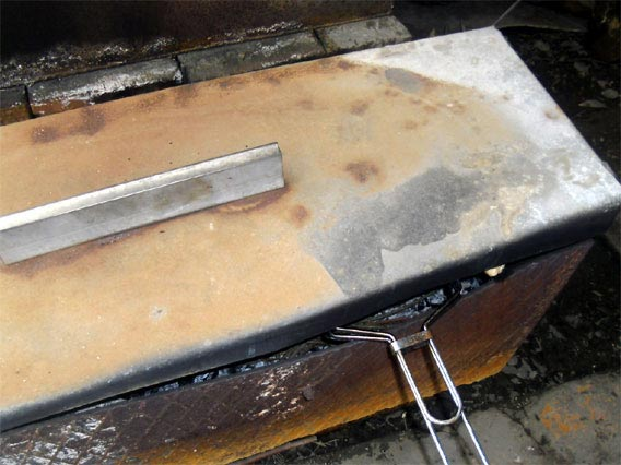 Накрываем мангал крышкой