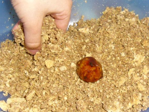 обсыпаем печенье вафельной крошкой