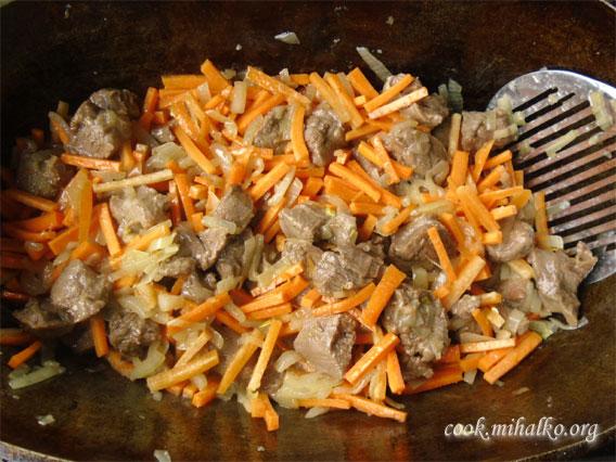 Высыпаем морковь и жарим до готовности