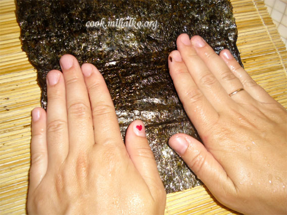 Смачиваем лист нори руками