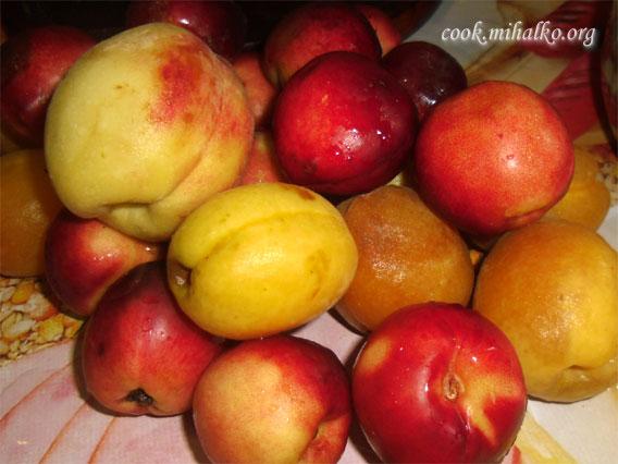 Переспелые абрикосы и персики