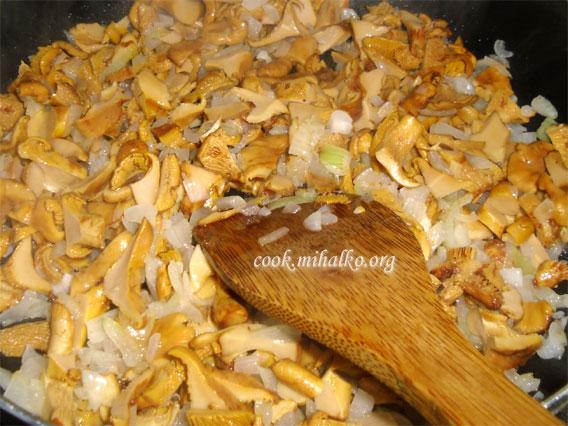Обжариваем грибы с луком