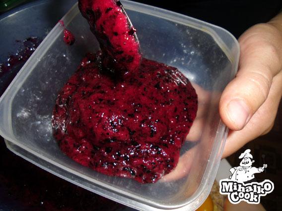 Раскладываем смородину по баночкам