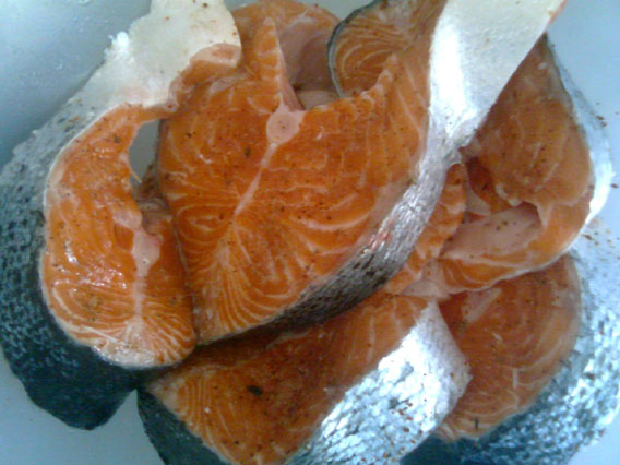 Солим и перчим стейки семги