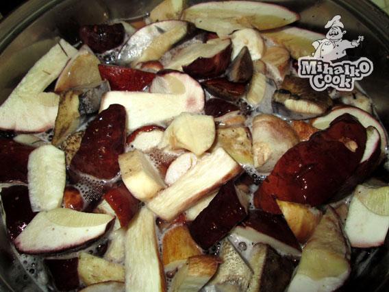 Нарезать белые грибы
