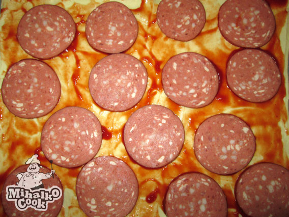 Выкладываем колбасу на пиццу