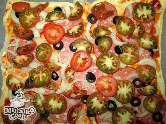 Добавляем на пиццу помидорки и оливки