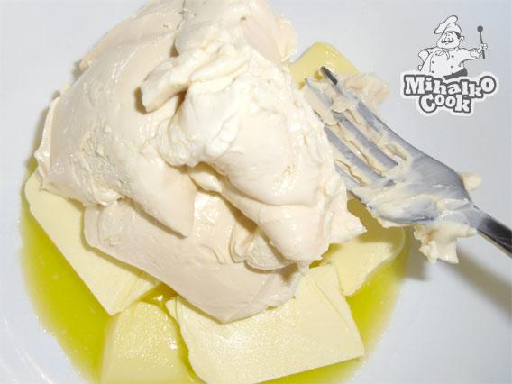 Смешиваем масло и сыр