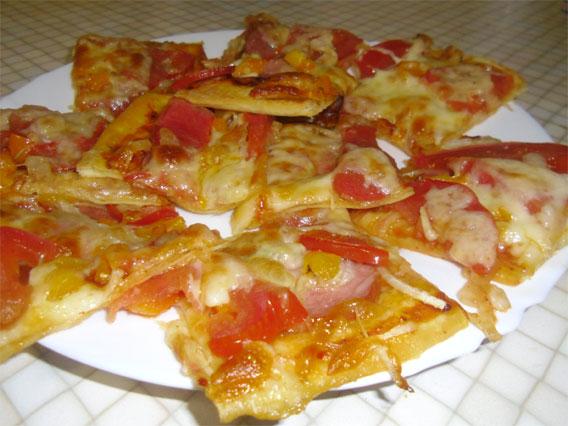 Пицца с колбасой и сыром в духовке рецепт