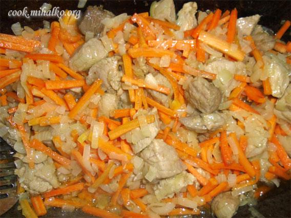 Добавляем морковь и обжариваем еще пару минут