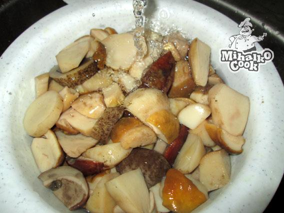 Промываем вареные белые грибы