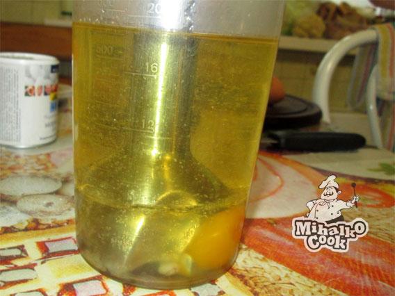 Вставляем блендер в стакан